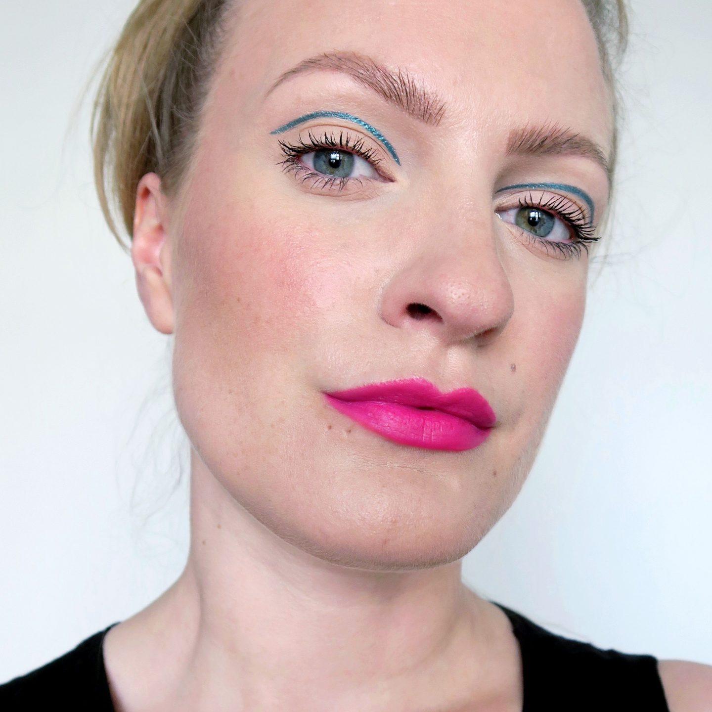 Blue metallic liner cut crease. Simple minimalist make up inspiration. Hot pink lipstick, neon pink lips. Summer make up look inspiration.