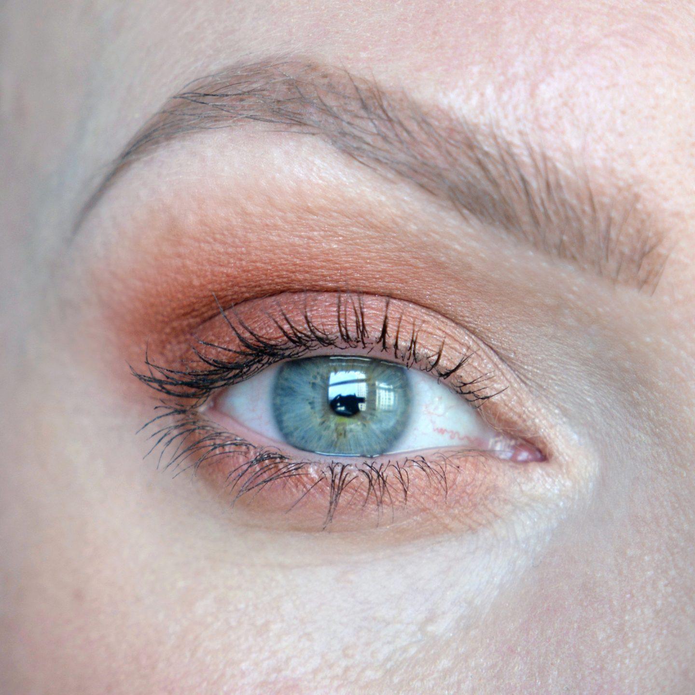 Tonal beauty inspiration. Tonal make up ideas: orange smokey eye. One colour make up inspiration. Warm-toned make up.